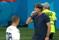 HLV Joachim Loew nếm... gỉ mũi trong trận đấu giữa ĐT Đức và ĐT Thụy Điển