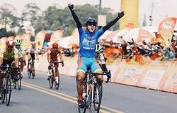 """""""Vua nước rút"""" Nguyễn Tấn Hoài giữ chắc áo xanh chặng 20 giải đua xe đạp Cúp truyền hình TP HCM 2021"""