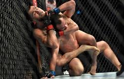 Em họ Khabib khóa ngất đối thủ ngày ra mắt UFC, trùng hợp thú vị với chiến tích anh trai