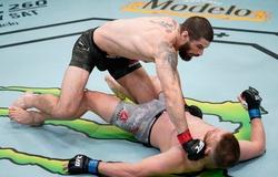"""Tân binh UFC phá đòn """"chặt trụ"""", knockout đối thủ với cú đấm sấm sét"""