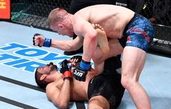 """VIDEO Grant Dawson """"giã"""" bay bảo vệ hàm của đối thủ giây cuối cùng của trận đấu"""