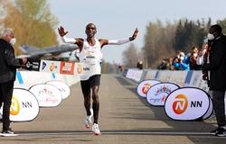 Eliud Kipchoge vô địch Mission Marathon, danh hiệu đầu tiên sau nửa năm thua đau ở London
