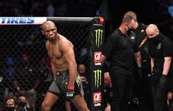 Giới võ sĩ chúc mừng Kamaru Usman sau khi phá kỷ lục của Georges St-Pierre