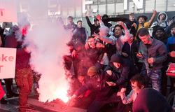 CĐV Arsenal nổi giận khiến bãi đỗ xe sân Emirates bị tắc nghẽn