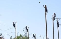 Tuyệt chiêu chơi bóng chuyền của những chàng thợ điện