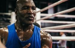 Evander Holyfield trấn an fan hâm mộ khi lên đài Boxing ở tuổi 58