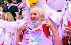 104 tuổi vẫn tới sân cổ vũ giải bóng chuyền nam Vô địch châu Âu