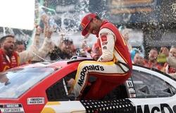 Tay đua da đen đầu tiên vô địch NASCAR sau 58 năm trên chiếc xe của Michael Jordan