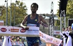 VĐV chạy marathon mất chức vô địch vì… đế giày