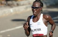 """Nữ VĐV marathon suýt bỏ cuộc vì """"đau bụng kinh nguyệt"""" ở Olympic Tokyo"""