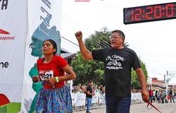 """Cô gái """"đứng bục"""" giải siêu marathon đường mòn, chạy 100km với dép mỏng tự chế"""