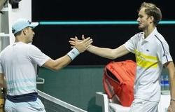 Tức giận đập vợt, Medvedev bỏ lỡ cơ hội đoạt số 2 thế giới của Nadal