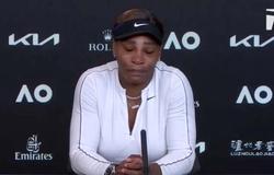 Serena Williams rời phòng họp báo trong nước mắt sau trận thua Naomi Osaka ở bán kết Australian Open