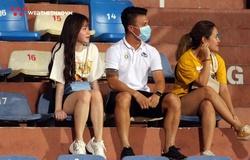 Quang Hải – Huỳnh Anh thuê vệ sĩ, xuất hiện khán đài sân Hàng Đẫy