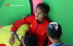 Rớt nước mắt nữ marathoner Việt đổ gục, không thể tự mặc quần dài lên nhận HCĐ SEA Games 30
