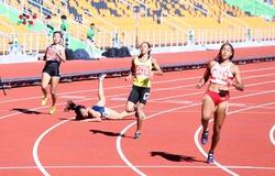 Đồng đội của Tú Chinh ngã nhào trên đường chạy vòng loại 100m SEA Games 30