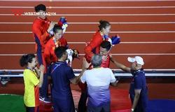 """Quách Công Lịch bế thốc """"em gái nhỏ"""" Quách Thị Lan mừng HCV SEA Games 30 lịch sử"""