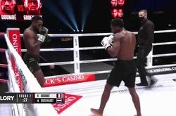 """VIDEO: Cedric Doumbe chấm dứt """"mối thù"""" với Murthel Groenhart bằng cú knockout tại GLORY 77"""