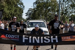 """""""Người khỏe nhất thế giới"""" chạy marathon kéo theo xe tải 1,6 tấn"""