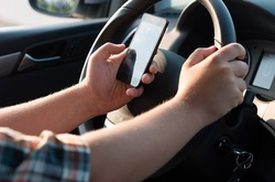 Dùng điện thoại khi đang cầm vô-lăng: Tai họa luôn rình rập!
