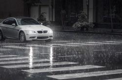 """Những kinh nghiệm """"sống còn"""" khi lái xe dưới trời mưa"""