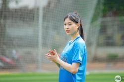 Hoa khôi Đặng Thu Huyền bỏ bóng chuyền để dấn thân sang… bóng đá?