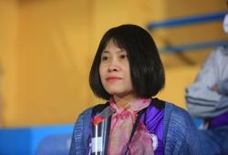 Cầu thủ Hà Nội FC tặng hoa cho các nữ CĐV nhân ngày Phụ nữ Việt Nam 20/10