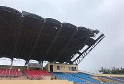 Siêu bão số 9 càn quét, mái che khán đài sân Tam Kỳ bị cuốn phăng