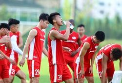 Cầu thủ Viettel liên tục nạp nước bởi khí hậu khó chịu của Sài thành