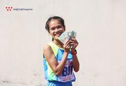 Hồng Lệ cười tít mắt nhận tiền thưởng nóng HCĐ Giải Điền kinh VĐQG 2020