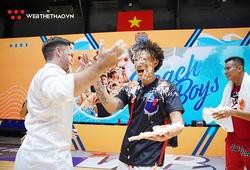 """Nha Trang Dolphins chia tay VBA 2020 bằng màn """"tạt bánh kem"""" mừng sinh nhật HLV Ryan Marchand"""