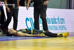 Dư Minh An ôm mặt đau đớn, không thể thi đấu tiếp game 1 Playoffs