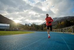 """""""Vua chạy địa hình"""" Kilian Jornet bỏ cuộc trong thử thách phá kỷ lục thế giới chạy 24 giờ"""