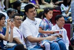 Yao Ming lo lắng cho con gái 10 tuổi vì quá cao!
