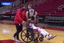 Video: Cầu thủ 23 tuổi của Houston Rockets rời sân bằng xe lăn