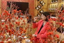 Hoa khôi Kim Huệ đẹp hút hồn bên những ly vang sang trọng