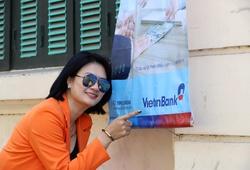 Hoa khôi Kim Huệ thể hiện tình yêu với CLB, thả dáng như Vedette trên phố