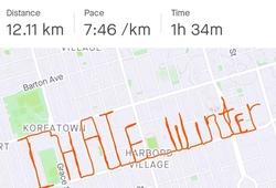 """Chàng trai chạy 12km vẽ chữ """"Tao ghét mùa đông"""" rồi bắt taxi về nhà"""