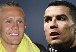 Sao Ngoại hạng Anh vào phòng thay đồ MU xin áo đấu của Ronaldo