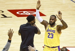"""Xem ngay: Quả 3 điểm """"look-away"""" của LeBron James khiến cư dân mạng phát cuồng"""