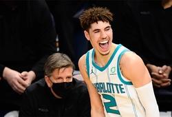 """LaMelo Ball khiến CĐM phát cuồng với quả 3 điểm cực """"nghệ"""", cùng Hornets quân bình kỷ lục ném 3 của NBA"""
