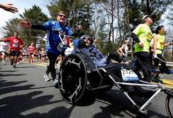 """""""Tượng đài marathon, triathlon"""" Dick Hoyt qua đời ở tuổi 80"""