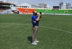 HLV Park Hang Seo bất ngờ kiểm tra...chất lượng cỏ sân Quy Nhơn