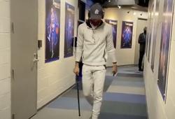 Video: Stephen Curry chống nạng tới sân, người hâm mộ GSW suy sụp