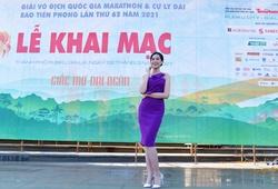 Hoa hậu Việt Nam Đỗ Thị Hà khoe dáng thon với váy tím gợi cảm ở Gia Lai