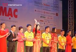 Cầu thủ HAGL rạng rỡ bên Hoa hậu Đỗ Thị Hà