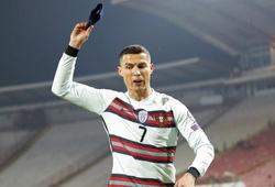 Ronaldo ném băng đội trưởng sau khi mất oan bàn thắng muộn