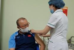 Cận cảnh HLV Park Hang Seo được tiêm vaccine ngừa COVID-19