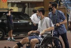 Hùng Dũng ngồi xe lăn, đến Hàng Đẫy tiếp sức CLB Hà Nội