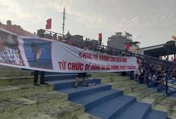 CĐV Hải Phòng căng băng rôn, yêu cầu Chủ tịch CLB từ chức